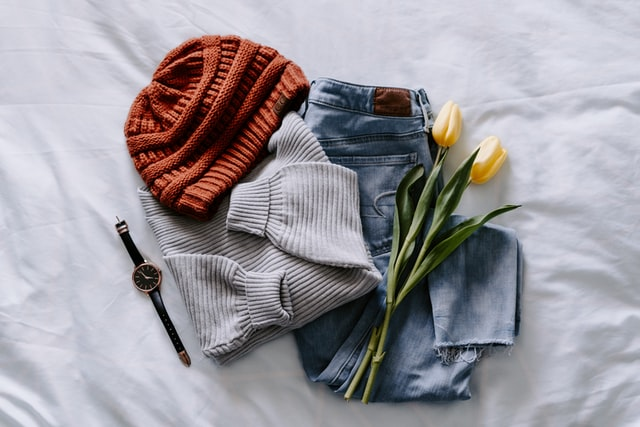outfit, jeansy, sweter, czapka