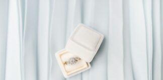 pierścionek zaręczynowy z diamentami w białym pudełku