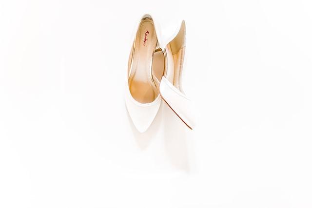 białe buty ślubne na białym tle