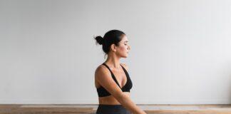 dziewczyna w stroju sportowym na macie, joga