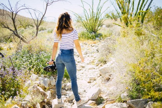 wiosenna stylizacja, dziewczyna na łące, jeansy, top w paski