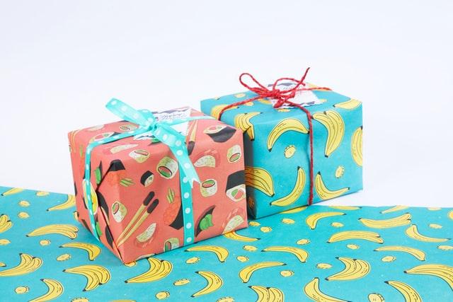 dwa prezenty, łososiowy papier w sushi, niebieski papier w banany