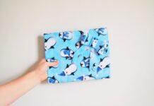 prezent w niebieskim papierze w pingwiny