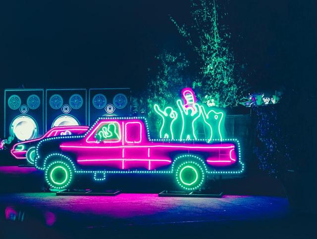 fioletowo-zielony, neonowy, oświetlony samochód