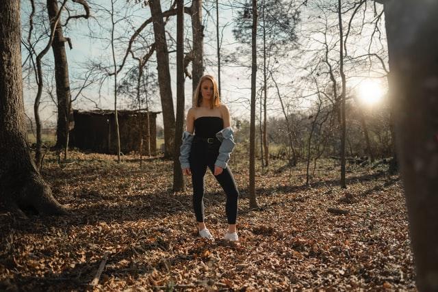 dziewczyna, sesja, outfit, czarna stylizacja, kurtka jeansowa, niska dziewczyna