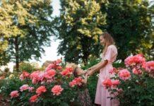 mama i córka w ogrodzie, różowe kwiaty, dzień matki