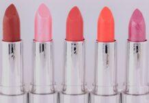 różowe, czerwone i pomarańczowe szminki w srebrnych opakowaniach