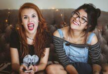 dwie nastolatki na kanapie