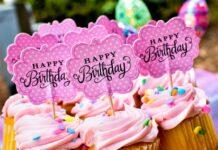 babeczki urodzinowe z różowym kremem, happy birthday