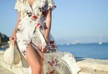 kobieta o figurze klepsydry w jasnej sukience w kwiaty