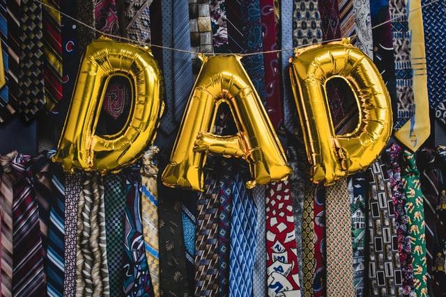 różnokolorowe krawaty na dzień ojca, balonowy napis dad