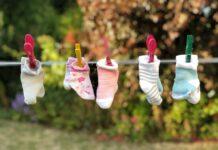 kolorowe skarpetki dla niemowlaka suszą się na sznurku, skarpetki dla noworodka