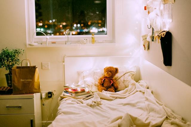 pokój dla dziecka, łóżko dziecięce, pluszowy miś, lampki