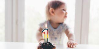 dziecko, tort urodzinowy ze świeczką, tort na roczek, pierwsze urodziny