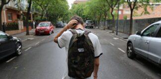 chłopak z plecakiem na drodze, nastolatek