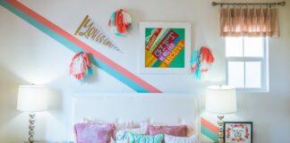 sypialnia nastolatki, łóżko, różowa narzuta, poduszki ozdobne