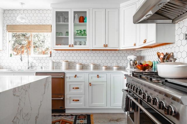kuchnia, białe szafki, sprzęt agd, wyposażenie kuchni