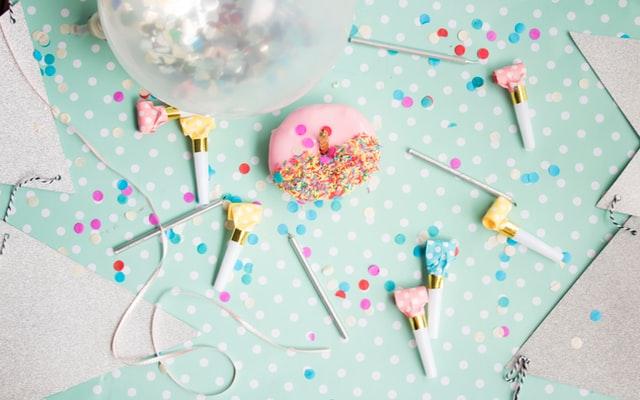 ozdoby urodzinowe, przyjęcie urodzinowe, śmieszny prezent, balony, donat