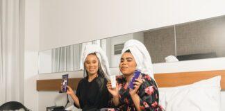 dwie nastolatki na łóżku w ręcznikach na głowach, kosmetyki do pielęgnacji, nastolatki